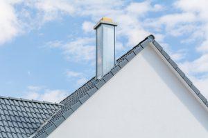 Стальной дымоход на крыше таунхауса