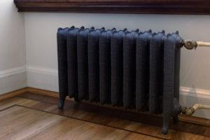 черный чугунный радиатор в интерьере
